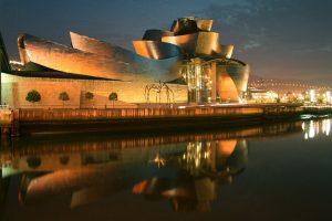 El_Museo_Guggenheim_de_Bilbao,_vista_nocturna_-_panoramio